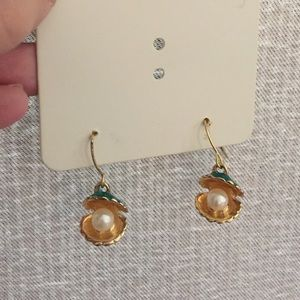 Clam shell w/ pearl earrings